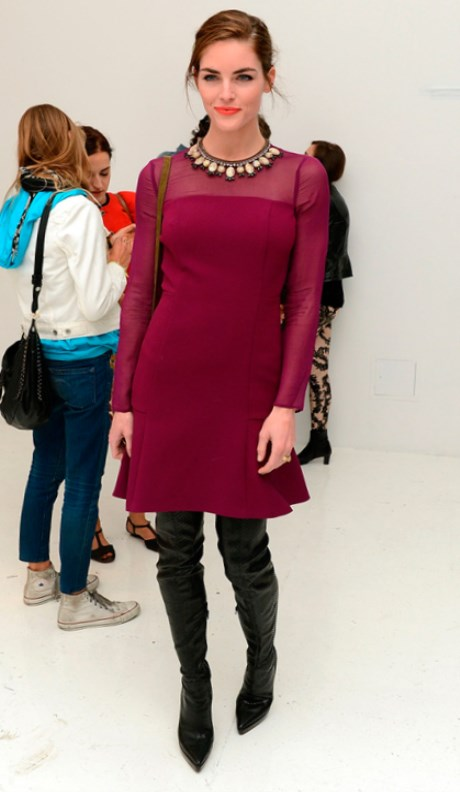 Надев крупные серьги, браслеты и туфли на каблуке образ становится нарядным. Вечернее бордовое платье.Глубокий и насыщенный цвет подчеркнёт вашу свежесть и молодость. С чем носить бордовое платье.