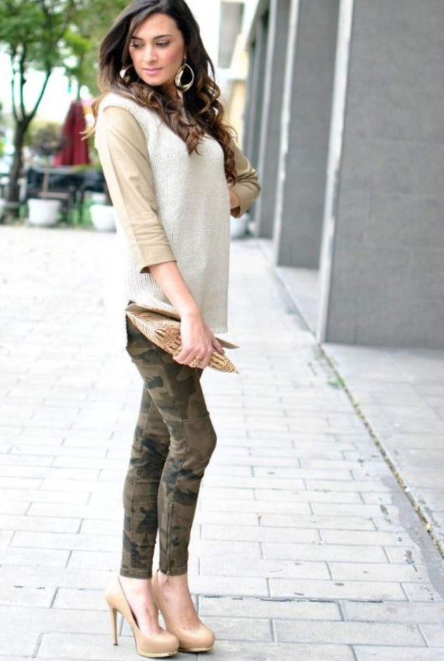 7028984e1 Бежевые туфли на высоком каблуке можно и даже нужно носить с модными  укороченными брюками, таким