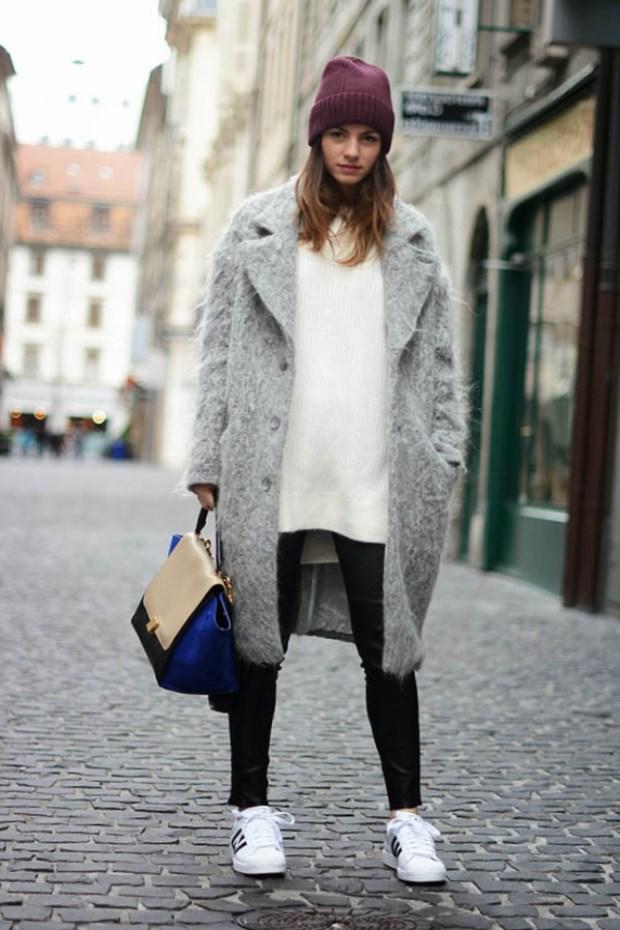 Сегодня кроссовки и кеды носят с чем угодно и куда угодно. Беспроигрышный вариант — зауженные джинсы или легинсы. Если позволяет погода, шорты и юбки составят гармоничную пару вашей обуви.