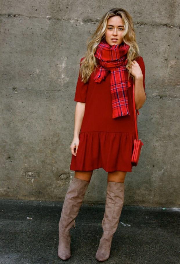 Бордовый цвет считался королевским, и носить его можно было только аристократам. Поэтому чтобы выглядеть сногсшибательно на любом мероприятии, нужно иметь в гардеробе длинное бордовое платье, с правильно подобранными аксессуарами.