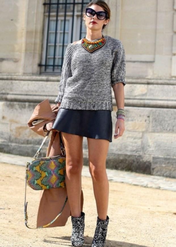 Как выбрать и с чем можно носить кожаную юбку?Акцент делаем на ярких босоножках. Нежно-розовая юбка карандаш в комплекте с коротким кожаным топом черного цвета.