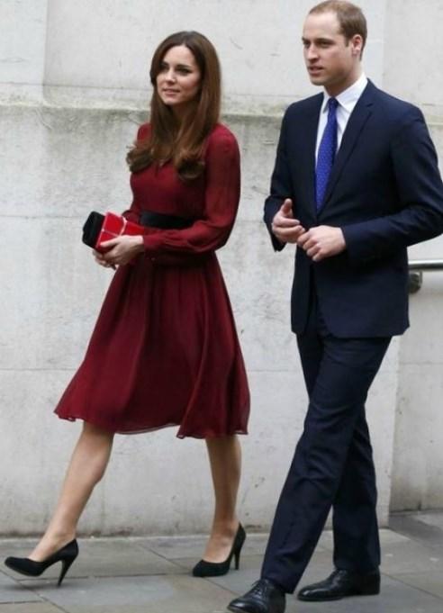 Бордовое свадебное платье – это, конечно же, фатин, органза, атлас, тафта и море кружева. Изящно смотрится слегка завышенная талия, открытые плечи и шлейф. С чем носить?