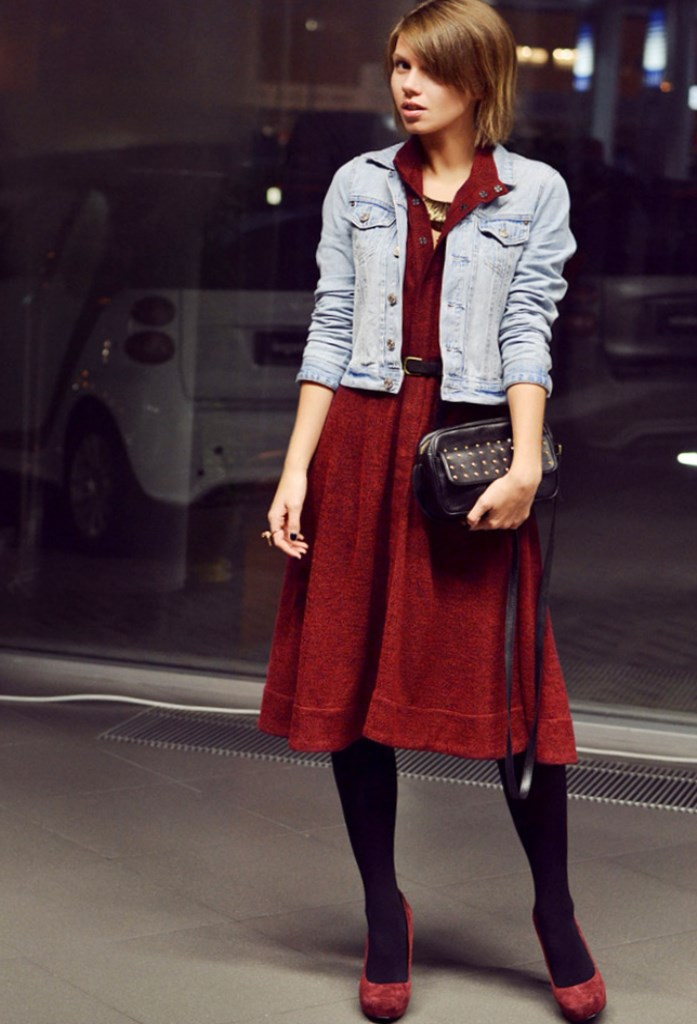 Платье винного цвета может быть разных оттенков. С чем носить такое платье, какие туфли и аксессуары подобрать? Стереотип о том, что бордовую одежду могут носить только яркие брюнетки, уже давно остался в прошлом.